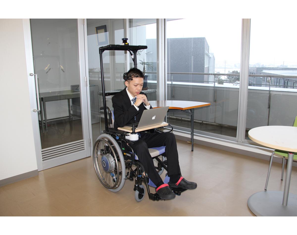 「脳波を使って動かす車いすを」の画像検索結果