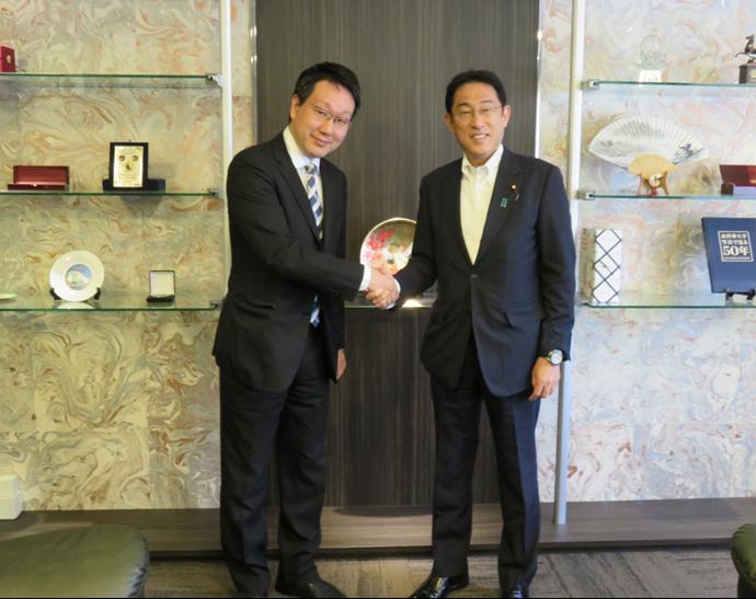 外務省主催シンポジウムで。岸田外務大臣(写真右)と経営情報学科平本督太郎講師(写真左)