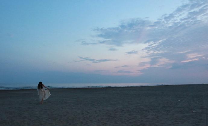 『海に浮かぶ月』のワンシーン