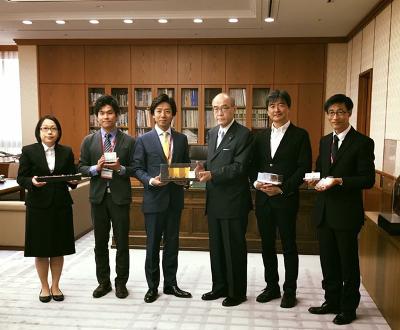 石川県・谷本知事と「箔折紙」の開発関係者