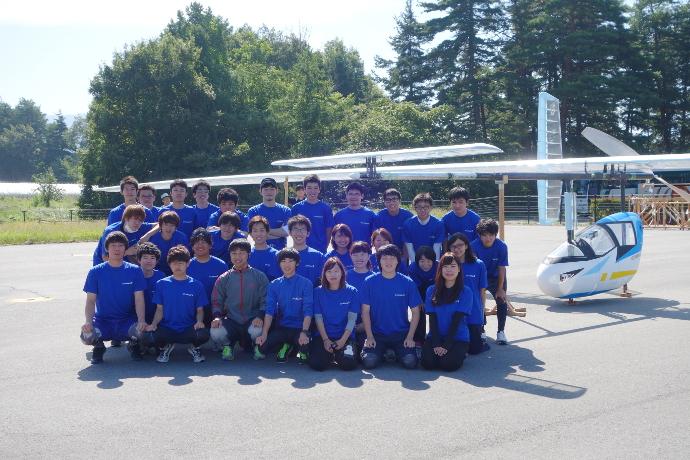 プロジェクトの皆さん。機体前方にあるのが先尾翼。プロペラは機体後方に付けられている
