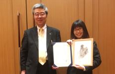 受賞した山下千佳さん(右)と小田教授
