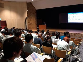 イノベーションホールで見学前学習を受ける学生
