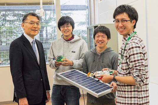 受賞した小山正人教授(写真左)