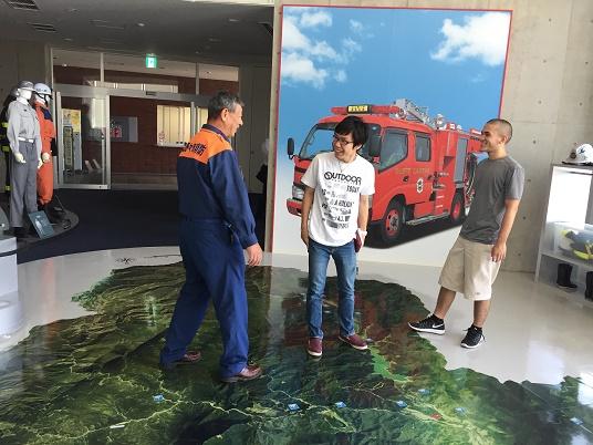 白山野々市広域防災本部防災学習センターで説明を受けるプロジェクトの学生