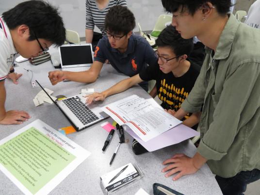 プロジェクトデザインI 英語コースの模様。問題発見から解決策の創出まで全て英語で行われる