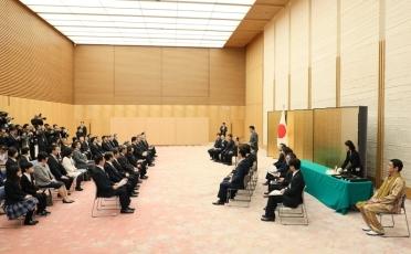 首相官邸で行われた表彰式(外務省webサイトより)