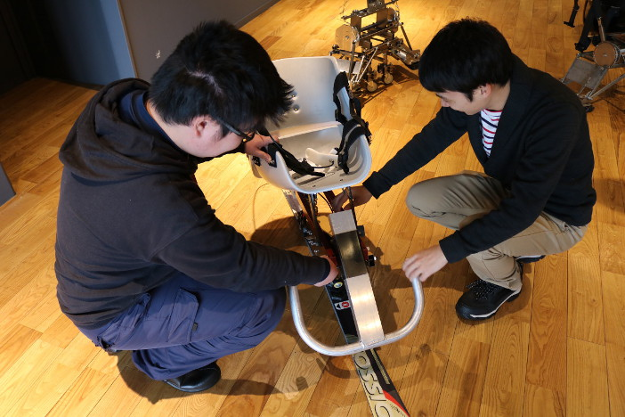クラスター研究室におけるチェアスキーの開発。設計から製作まで学生自身が行った