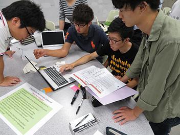 プロジェクトデザインの授業風景。英語で実施するコースも開講