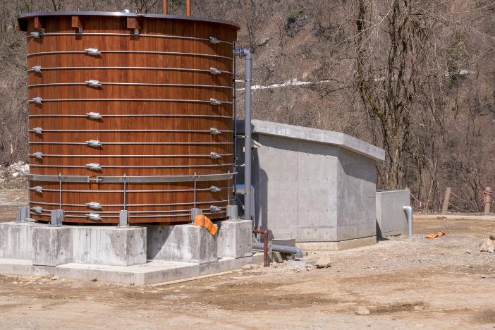 比咩の湯に実装された木製源泉槽