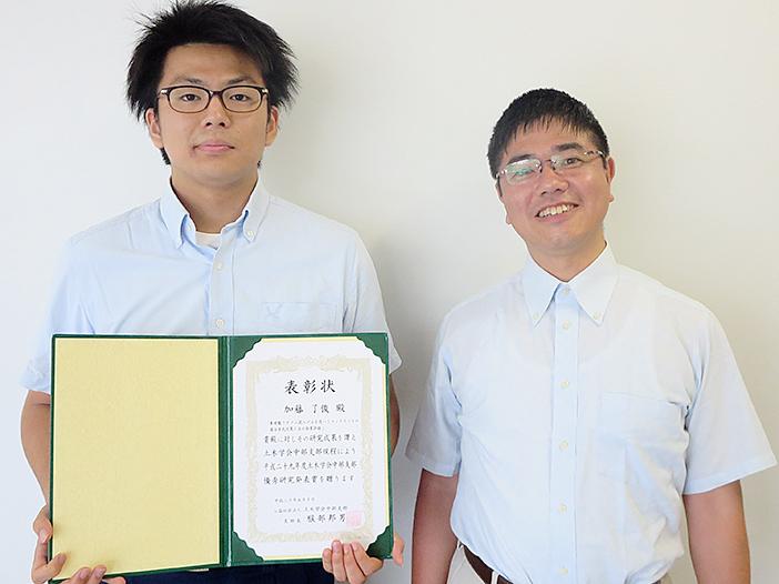 受賞した加藤了俊さん(左)と宮里教授