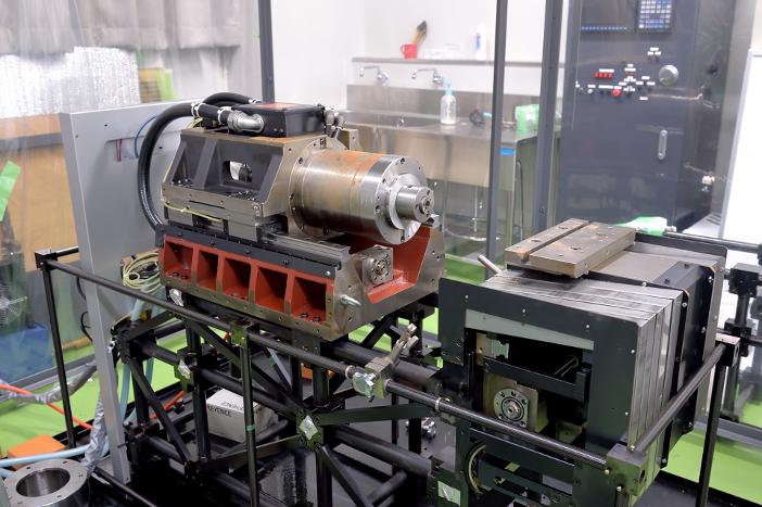 振動と熱変形の制御を検証する「パイプ構造CNC旋盤」
