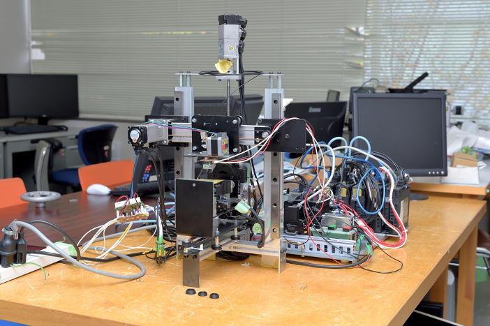 森本研究室の学生が製作した世界初の「5軸3Dプリンタ」