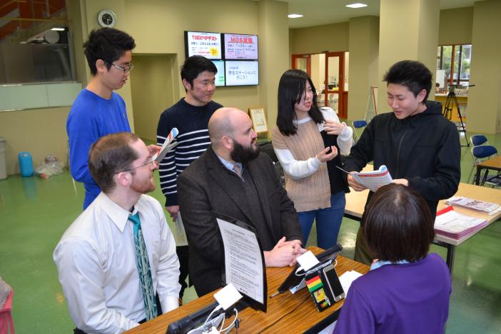 学内献血に通訳ボランティアとして参加した学生たち(1月23日)