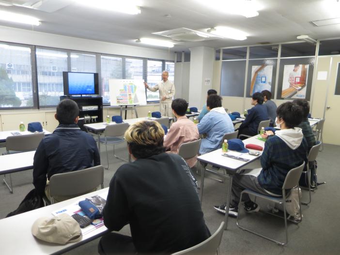 エントリーを検討する学生を対象に開催された三協立山株式会社の見学の様子