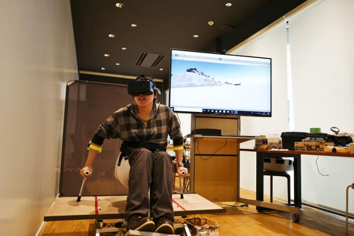 VR画像上の斜面と連動して台座が動き、より臨場感が味わえる