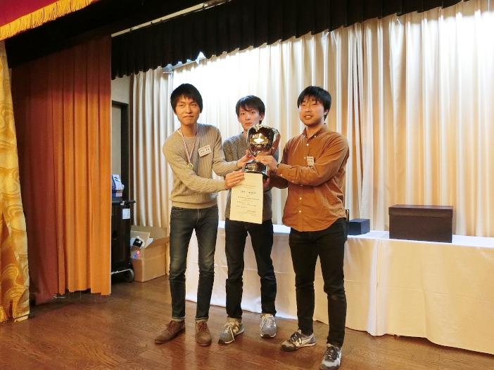 受賞した吉岡さん(左)、齋藤さん(中)、西岡さん(右)
