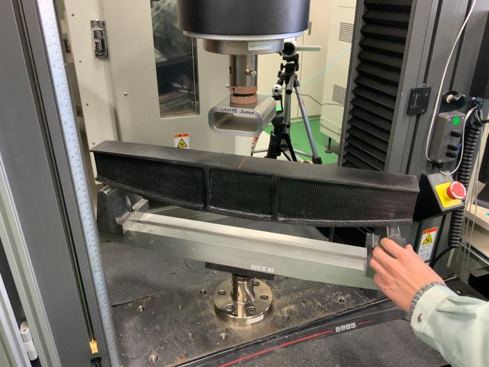 製作したブリッジの耐荷重を曲げ試験機で計測(コンテストにて)