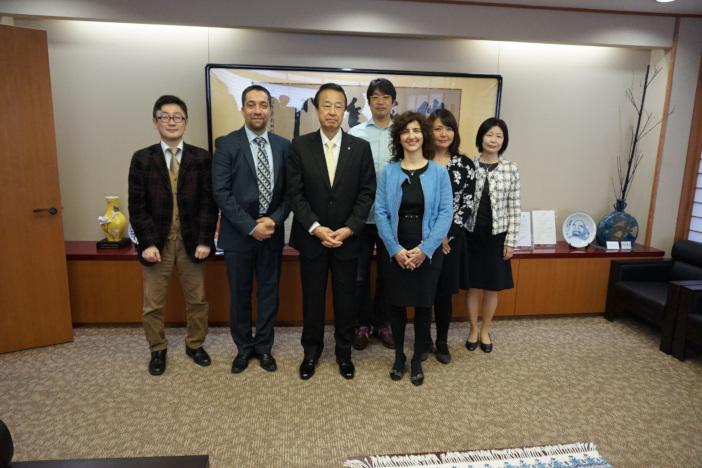 写真左  出村教授。中央 宮元加賀市長。英国ハートフオードシャー大学など関係者と(3月7日 加賀市役所)
