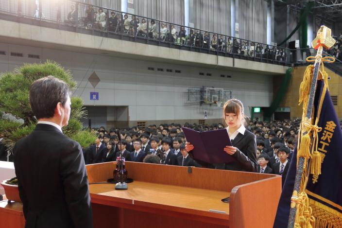 学部生新入生代表宣誓を行う河野詩音さん