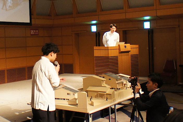 東京国際フォーラムで開催された公開審査の様子。左手前が塚越喬之さん、右檀上が森大輔さん