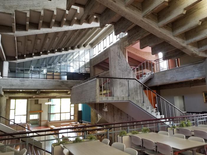 独自な空間造形が高く評価された1号館内部