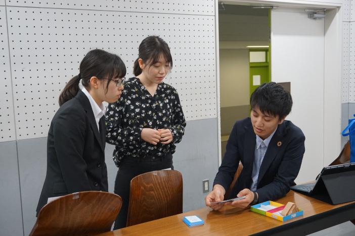両大学の学生がファシリテーターを務めた(写真右 SDGs Global Youth Innovators代表の島田さん)