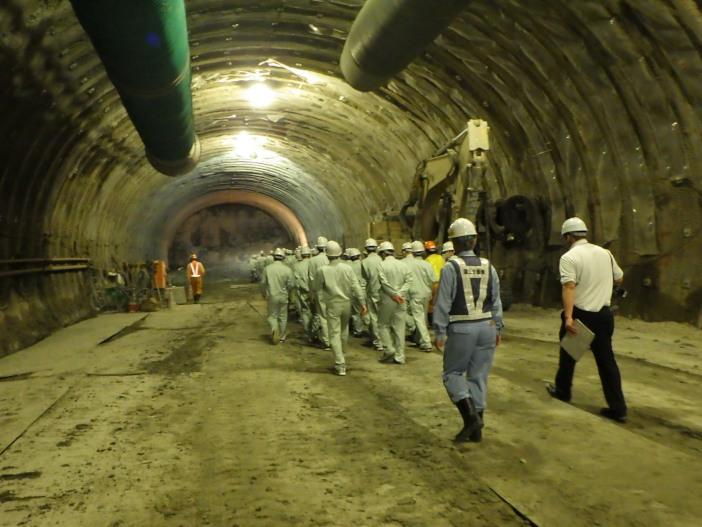 トンネル坑内に入り、施工状況や工事で使用される特殊車両等を見学