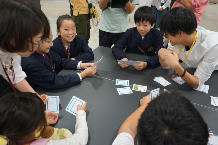 """株式会社リバースプロジェクトと金沢工業大学の学生プロジェクト""""SDGs Global Youth Innovators""""が共同で開発したSDGsカードゲームを体験(第1回ジャパンSDGsサミット)"""