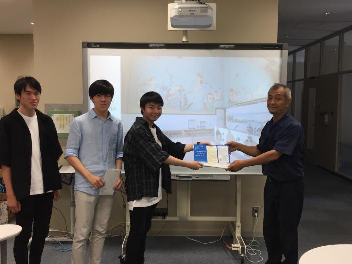 石川県公衆浴場業生活衛生同業組合理事長の松永日出男氏にパンフレットを贈呈