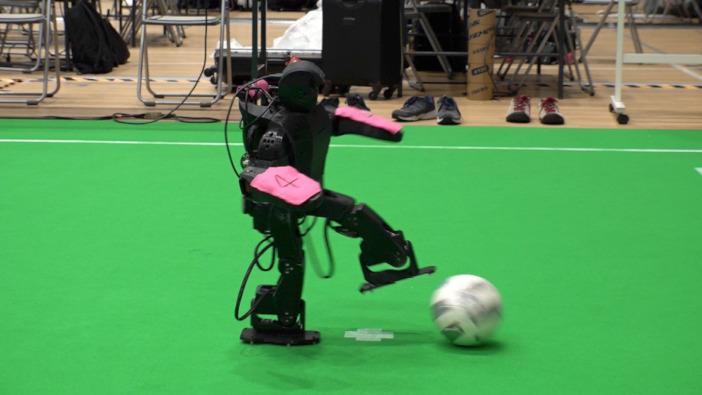 自律的にボールをキックする夢考房チームのロボット