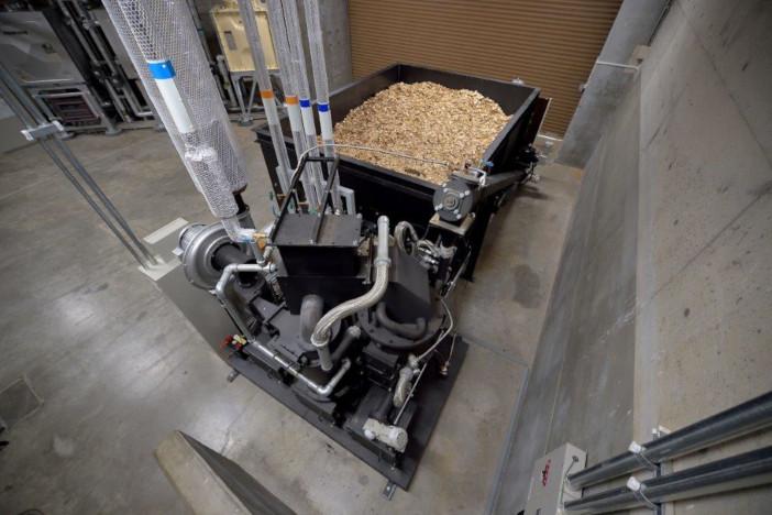 バイオマス発電装置。地元産の木材チップを燃やして発電