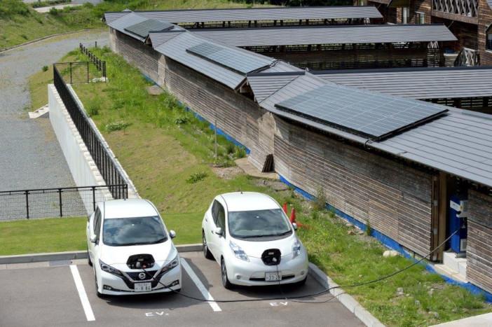 学生が居住して実証実験を行うコテージの屋根に設けられた太陽光パネル