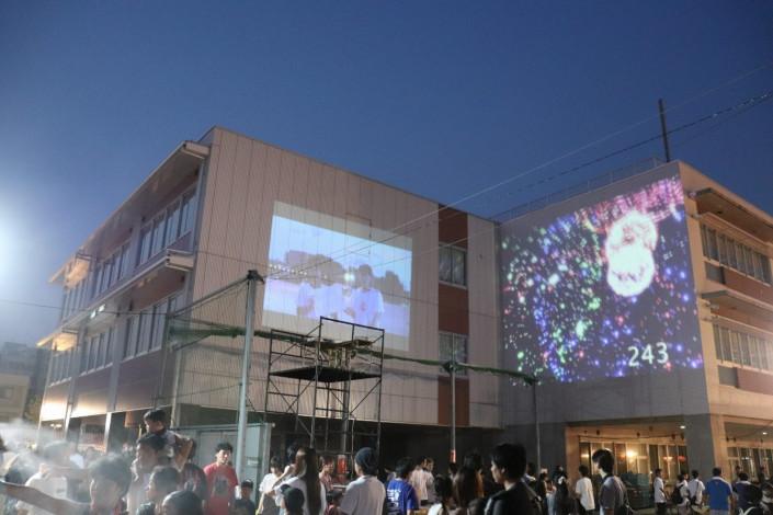 コンテンツは野々市小学校の壁面に投影。