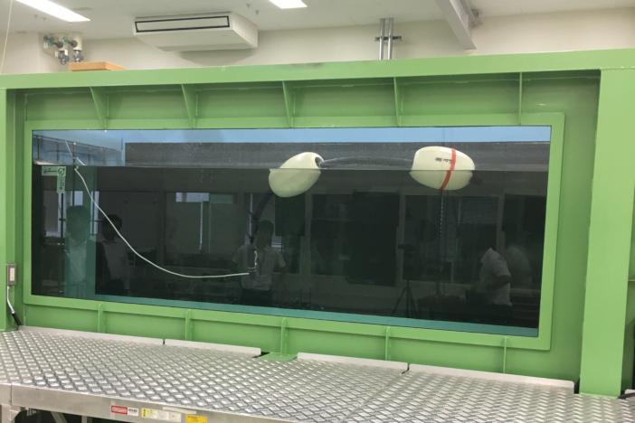 金沢工業大学生体機構制御技術研究所(やつかほリサーチキャンパス)にある水平循環型回流水槽を使った実験風景