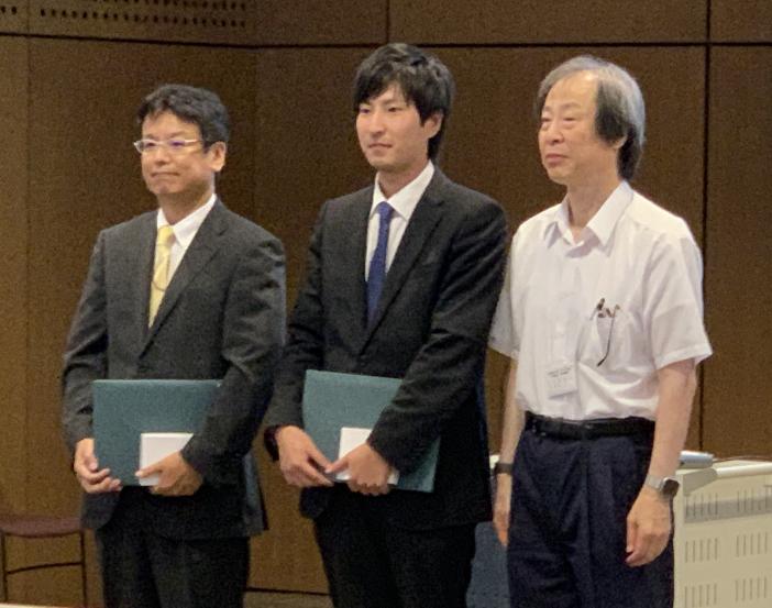 受賞した畝田教授(左)と太田さん(中)