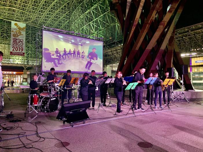 吹奏楽部は金沢駅と白山麓キャンパスの2会場に分かれて同時演奏
