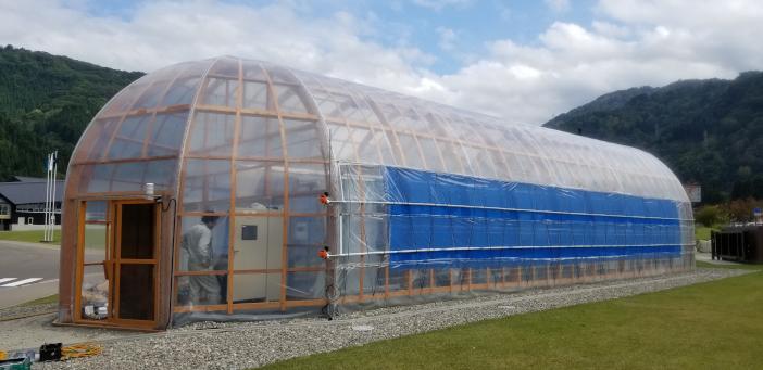 白山麓キャンパス内に設置された研究用のいちご圃場。遮光カーテンの開閉や肥液も全自動で行われる
