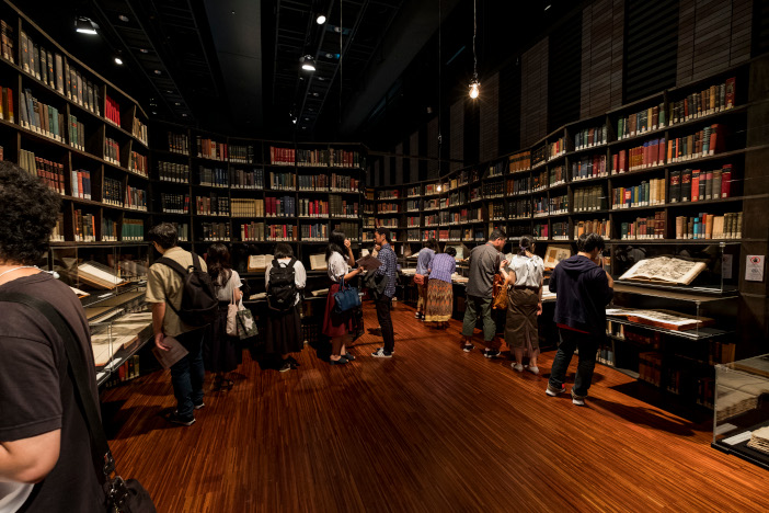 圧倒する「知の壁」。ライブラリーセンターから3500冊の本を持ち込んだ