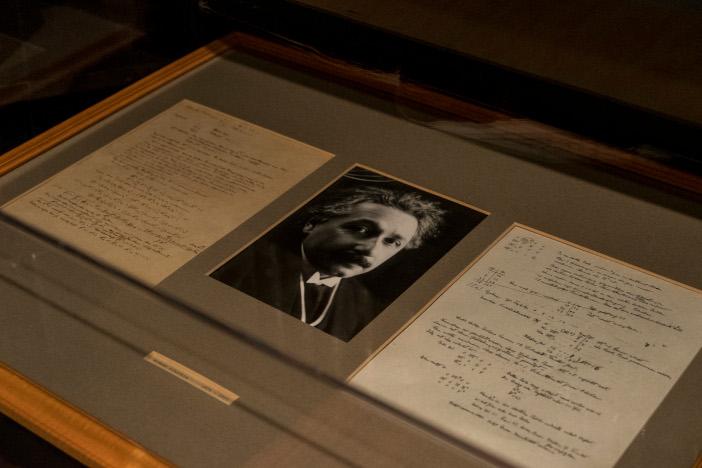 アインシュタインの自筆研究ノートも間近に観ることができる