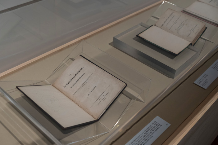 福岡特別出展として、ダーウィン『種の起源』(写真右上)やNASA『アポロ11号任務記録(月着陸交信記録)、月面への第一歩』なども展示
