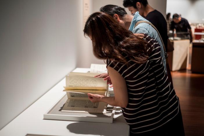 来場者が実際に手に取って閲覧できるように稀覯書8冊のレプリカ本展示コーナーも設置