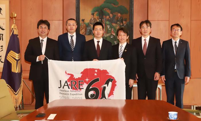 山本貴士氏(左)、佐藤貴一氏(左から2人め)、真鍋仁志氏(左から3人め)