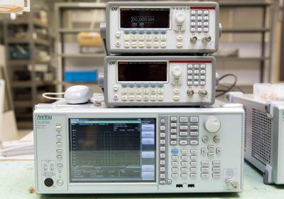 高度な回路シミュレータや電波の測定器、信号発信機など、最先端の実験機器がそろう伊東研究室。設備の充実度は、金沢工業大学の大きな強みのひとつだ