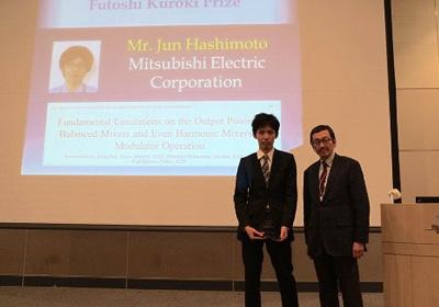 2015年11月、伊東研究室で博士前期課程を修了した橋本潤さんがIEEE(米国電気電子学会)の論文賞を受賞。そのときの伊東教授とのスナップ写真。