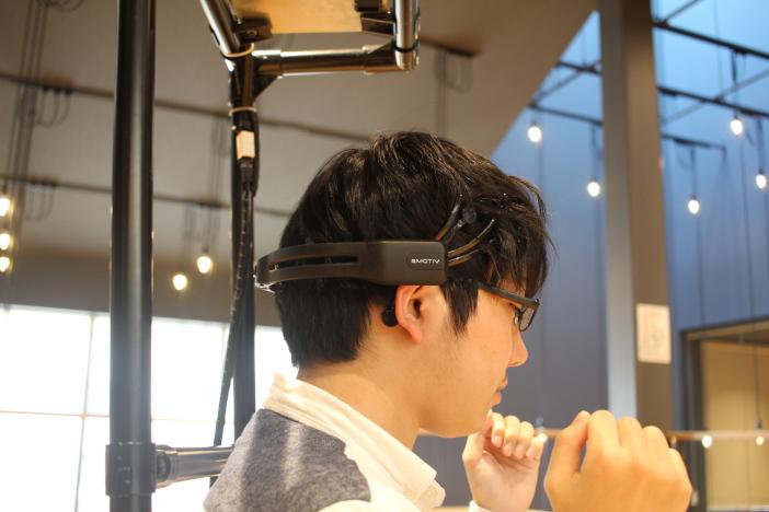 脳波で制御するロボット車椅子。目的地を思い浮かべるだけで車椅子が自律的に走行する