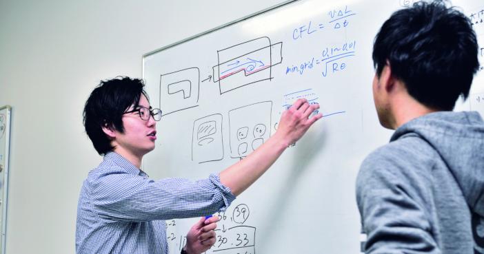 函館ラ・サール高等学校から金沢工業大学航空システム工学科・大学院を経て川崎重工業に就職。岩船翼さん(左)は在学中、宇宙航空研究開発機構 JAXA との共同研究に取り組んだ(『入学案内2020』より)