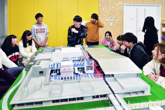 夢考房建築デザインプロジェクトは1、2年次が主なメンバー。大型の模型製作に取り組む