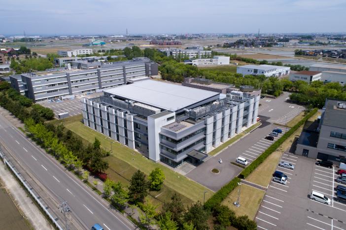 """金沢工業大学やつかほリサーチキャンパスにある革新複合材料研究開発センター(ICC)。""""Under one roof""""の研究拠点として川上から川下まで各分野の企業が集う"""
