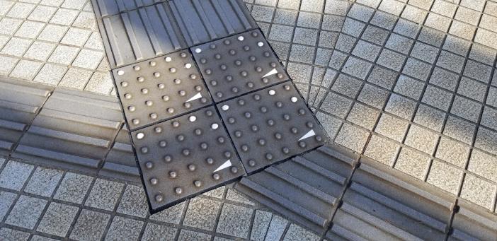 金沢21世紀美術館周辺などに実装された観光案内コード化点字ブロック